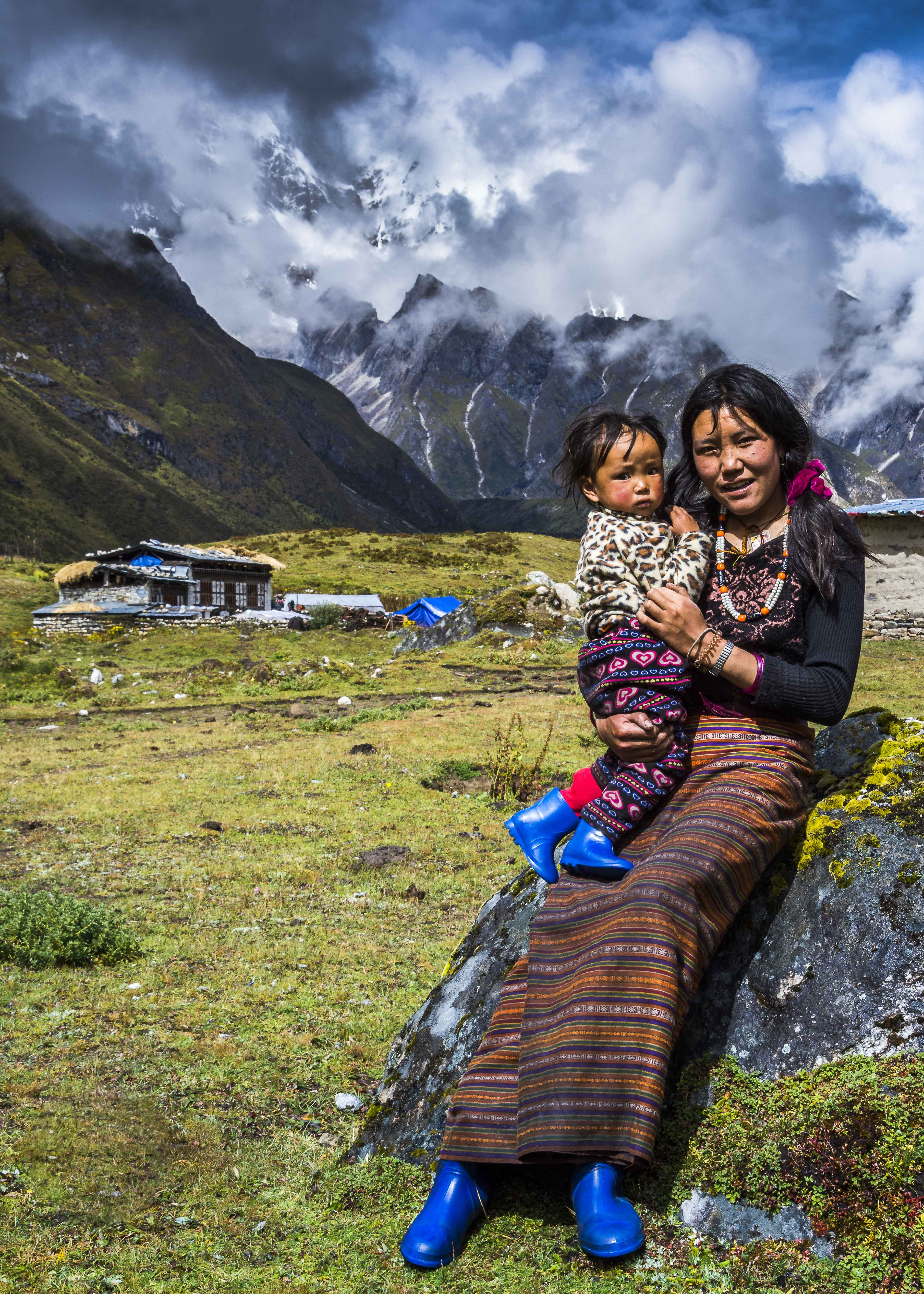 Local lady and her child near Thoencha