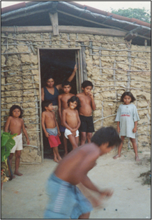 Image of children playing outside a home on the Jenipapo-Kanindé reservation